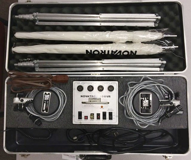 Light Kit 3 (Light Strobe Dual 303) is self-contained, so everything is in one hard case. There is one Novatron 400VR power pack, two light heads, two light stands and two small umbrellas.